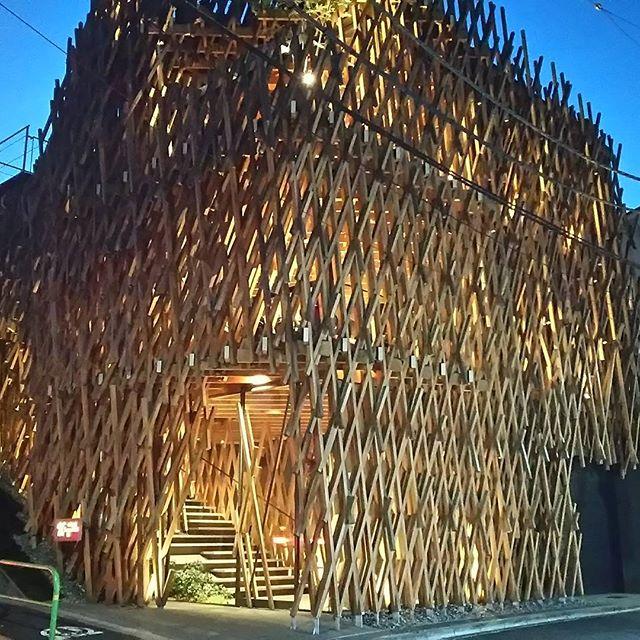 前から行ってみたかった青山にあるサニーヒルズ。地獄組みと言うらしいです、この建築技法。店内は木の温もりが感じられる、とても落ち着く雰囲気です。#サニーヒルズ #地獄組み from Instagram